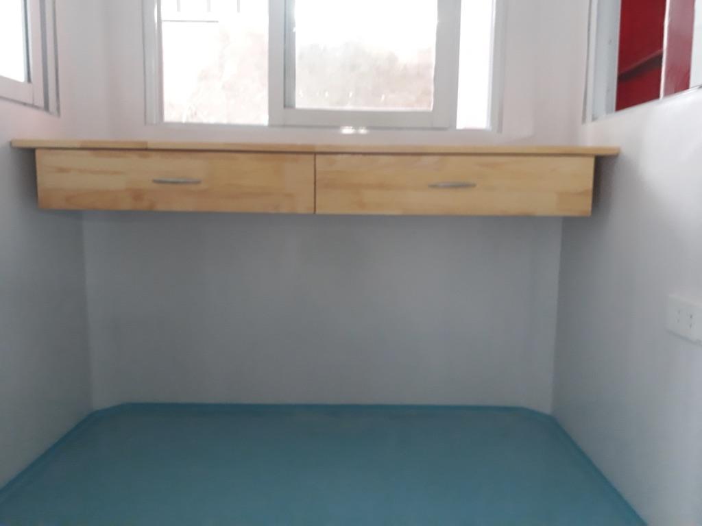 Bàn làm việc gắn tường, sàn và ốp nội thất đúc liền