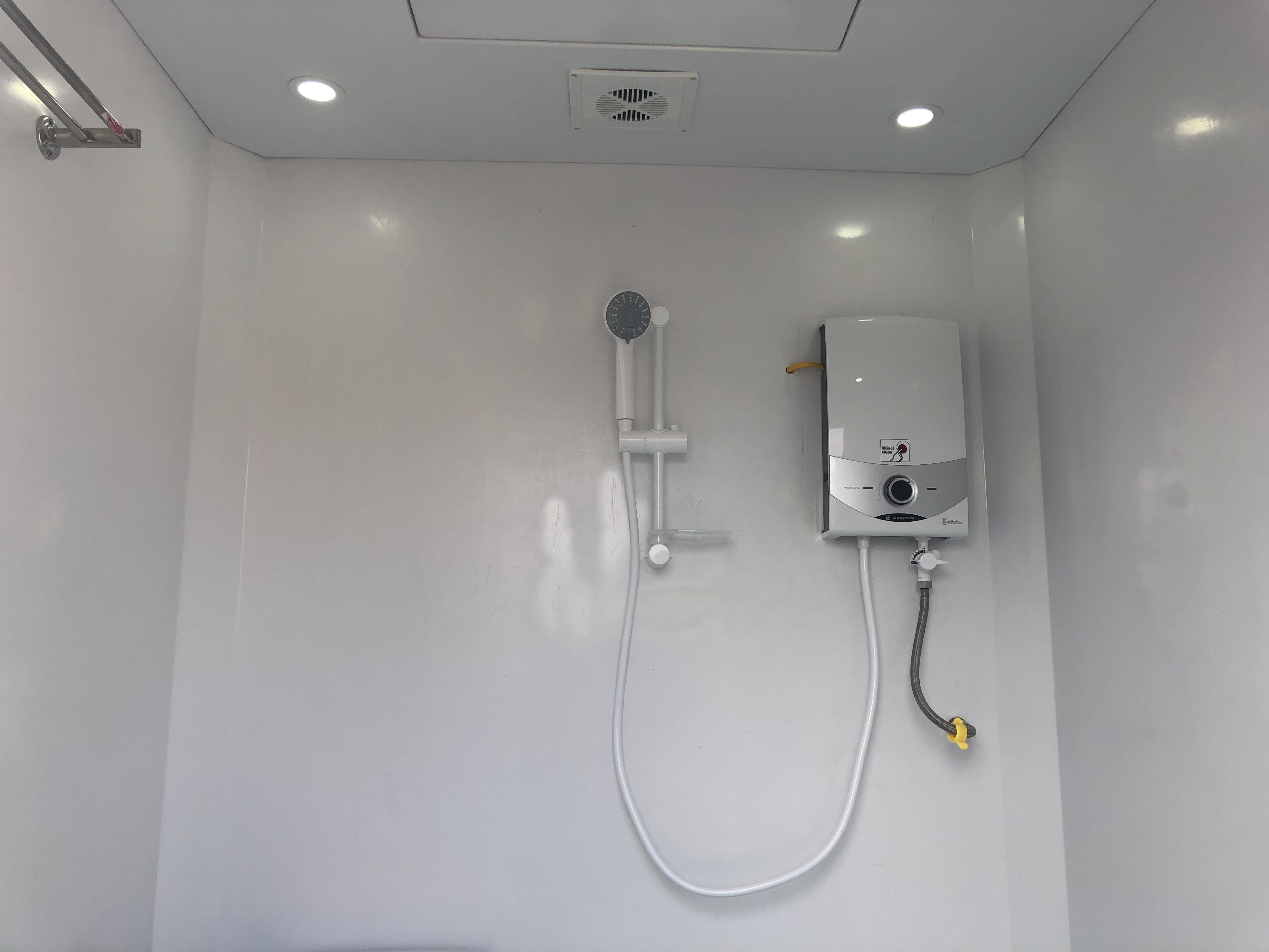 Máy nước nóng trực tiếp Ariston có bơm tăng áp được lắp cho nhà vệ sinh di động liền phòng tắm V17.2