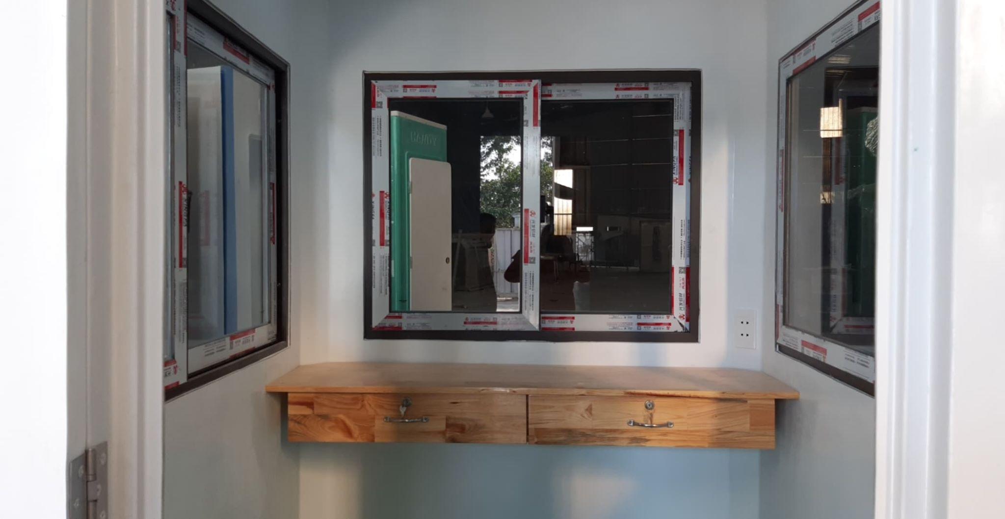 Bàn làm việc bằng gỗ tự nhiên gắn tường
