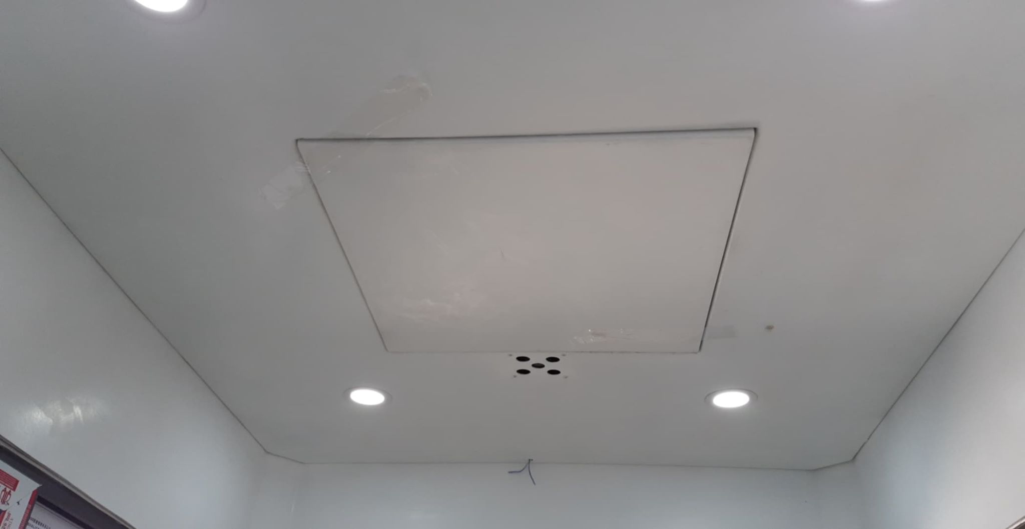 Trần bằng composite lắp quạt thông gió âm trần và đèn led dowlight