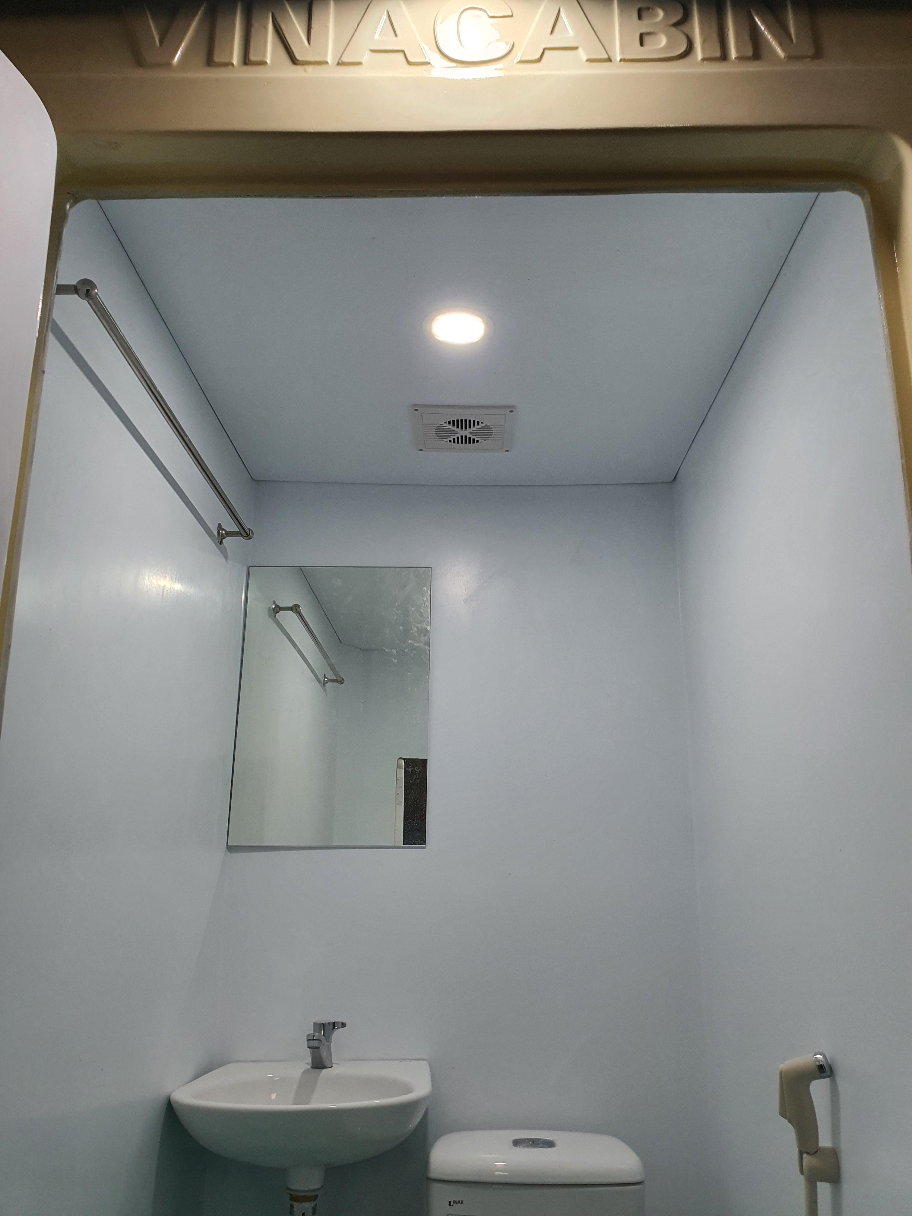 Nhà vệ sinh được trang bị cả đèn trong và đèn ngoài